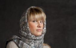 La moda del invierno tiró de una muchacha hermosa con de largo Fotos de archivo libres de regalías