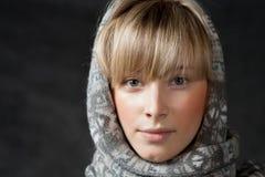 La moda del invierno tiró de una muchacha hermosa con de largo Fotos de archivo