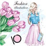 La moda fijó con los tulipanes hermosos y la muchacha elegante Mujer hermosa de la moda con el bolso Foto de archivo