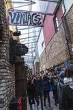La moda hace compras en Camden Market en Londres, Inglaterra, Kingdo unido Fotografía de archivo
