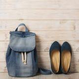 La mode de denim a placé - des vêtements, des chaussures et des accessoires Photos libres de droits