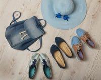 La mode de denim a placé - des vêtements, des chaussures et des accessoires Image libre de droits
