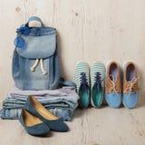 La mode de denim a placé - des vêtements, des chaussures et des accessoires Photo stock