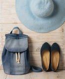 La mode de denim a placé - des vêtements, des chaussures et des accessoires Photographie stock