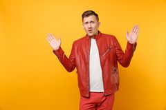 La mode de portrait a choqué le jeune homme beau 25-30 ans dans la veste en cuir rouge, position de T-shirt d'isolement sur lumin photographie stock
