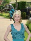 La mode des femmes aux courses royales de foulard  Images libres de droits