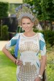 La mode des femmes aux courses royales de foulard  Photo stock