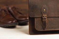 La mode du ` s d'hommes avec les chaussures en cuir brunes et les affaires mettent en sac sur un fond en bois Mode du ` s d'homme Photo stock