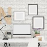 La mofa de la pantalla de ordenador ascendente y los marcos de la foto imitan para arriba en oficina contemporánea y moderna Fotos de archivo libres de regalías