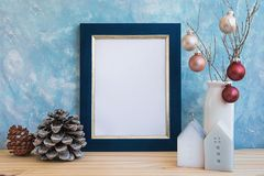 La mofa de oro azul del marco encima de bolas coloridas del cono del pino del Año Nuevo de la Navidad en casa de rama de árbol mi Fotos de archivo