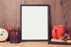 La mofa del cartel encima de la plantilla con el escritorio del negocio se opone imagen de archivo libre de regalías