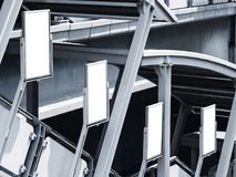 La mofa encima anuncios de la plantilla de los carteles de medios exhibe la escalera pública de la estación Foto de archivo libre de regalías