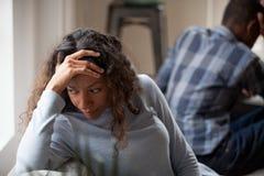 La moglie africana turbata stanca ritiene triste dopo la lotta con il marito fotografia stock libera da diritti