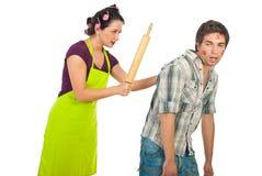 La moglie arrabbiata ha battuto il suo marito unfaithful ubriaco fotografia stock libera da diritti