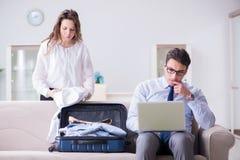 La moglie che vede il suo marito fuori al viaggio di affari immagini stock libere da diritti
