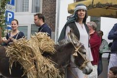 La moglie dell'agricoltore con il suo asino Immagine Stock Libera da Diritti