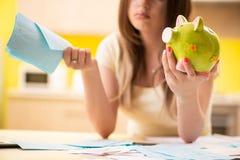 La moglie della giovane donna nel concetto di pianificazione del bilancio immagine stock