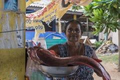 La moglie di Fishermans sta vendendo il pesce al mercato immagine stock