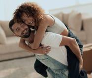 La moglie ed il marito sono felici di muoversi verso un nuovo appartamento fotografia stock