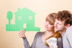 La moglie ed il marito tiene la casa di carta fotografia stock libera da diritti