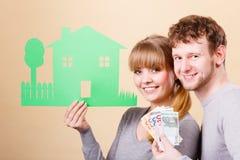 La moglie ed il marito tiene la casa di carta Fotografia Stock