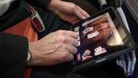 La moglie gioca nella compressa durante il volo in un aeroplano video d archivio