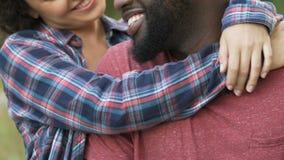 La moglie graziosa che abbraccia il suo marito e che sorride, persone appena sposate su luna di miele weekend archivi video