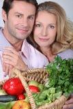 La moglie mette le braccia intorno al marito. Fotografie Stock Libere da Diritti