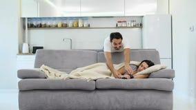 La moglie sta dormendo con una coperta video d archivio