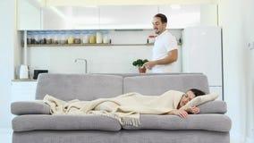 La moglie sta dormendo con una coperta archivi video