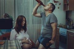 La moglie triste, marito è un'alcoolizzato Fotografia Stock