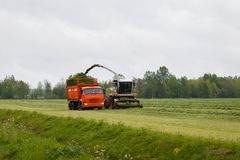 La moissonneuse rassemble l'herbe sèche Image libre de droits
