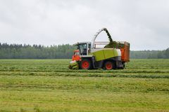 La moissonneuse rassemble l'herbe sèche Images libres de droits