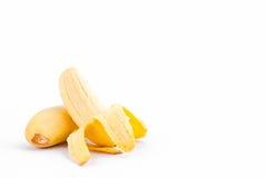 La moitié a épluché la banane de Madame Finger ou la banane d'or sur la nourriture saine de fruit de Pisang Mas Banana de fond bl Image stock