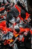 La moitié a brûlé la fin de charbon  photos stock