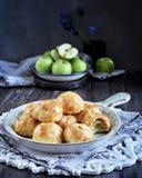 La moitié des pommes a fait cuire au four en pâte, petits pains avec des pommes Images libres de droits