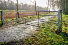 La moitié ouverte a galvanisé la porte en acier dans un paysage rural images libres de droits