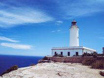 La Mola Lighthouse upptill av en klippa Med medelhavet i bakgrunden royaltyfria bilder