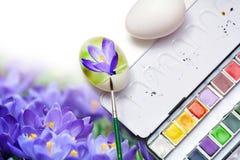 La molla della pittura fiorisce sulle uova per la decorazione di pasqua Fotografie Stock