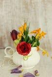 Fiori della molla in un vaso Fotografia Stock Libera da Diritti