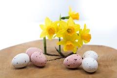 La molla gialla narcissen, uova colorate, pasqua domenica Fotografie Stock