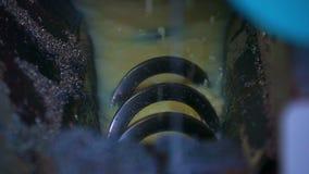 La molla nell'emulsione arrossisce la macchina della lama a nastro dei trucioli del metallo stock footage