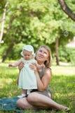 La momie marche avec l'enfant i photographie stock libre de droits
