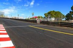 La Monaco, Monte Carlo Sainte dedica l'asfalto diritto della corsa, grande immagini stock libere da diritti