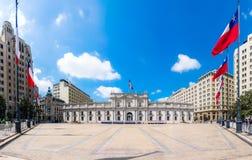La Moneda宫殿莫内达宫全景在圣地亚哥 库存图片