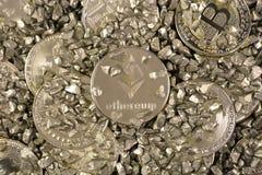 La moneda Crypto Ethereum y Bitcoin en el montón del oro empiedra Imagen de archivo