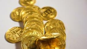 La moneda de la cámara lenta que pertenece a la moneda Bitcoin cae en montón almacen de video