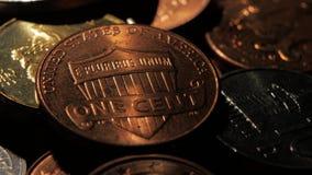 La moneda de cobre miente cerca de las monedas de plata en un cuarto oscuro Cierre para arriba almacen de metraje de vídeo