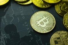 La moneda de oro Bitcoin en la imagen oscura de la imagen del concepto del mapa para el fondo Imagen de archivo libre de regalías