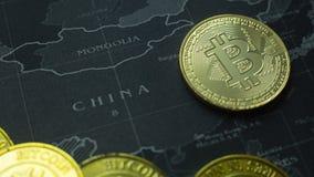 La moneda de oro Bitcoin en la imagen oscura de la imagen del concepto del mapa para el fondo Fotografía de archivo libre de regalías
